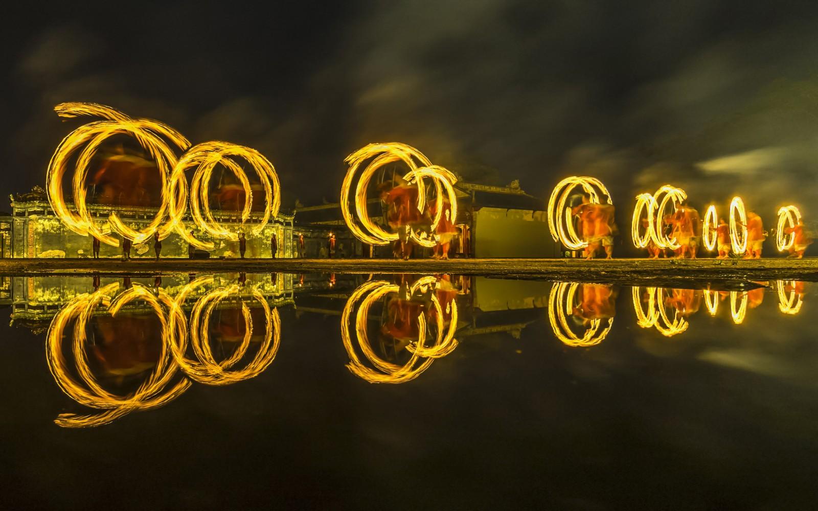 Tái hiện lại cảnh Vệ Binh luyện võ trong đêm, phản bóng từ những vũng nước khi trời mưa 