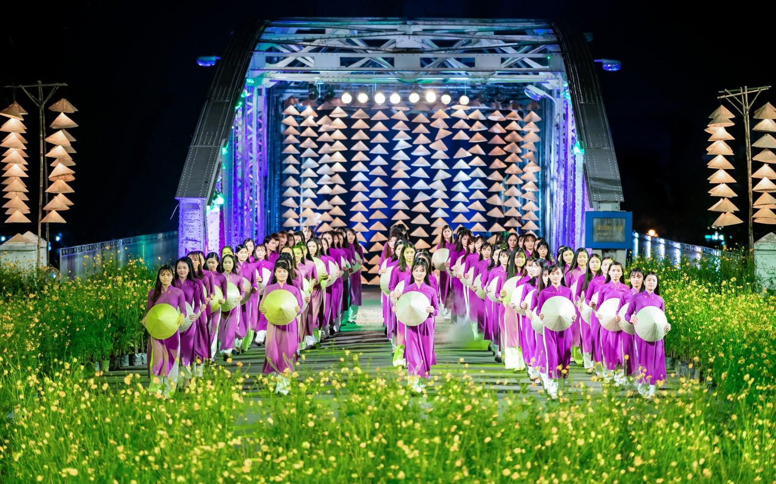 Festival áo dài là hình ảnh không thể thiếu ở Huế cũng như là hình ảnh của tà áo dài Việt Nam