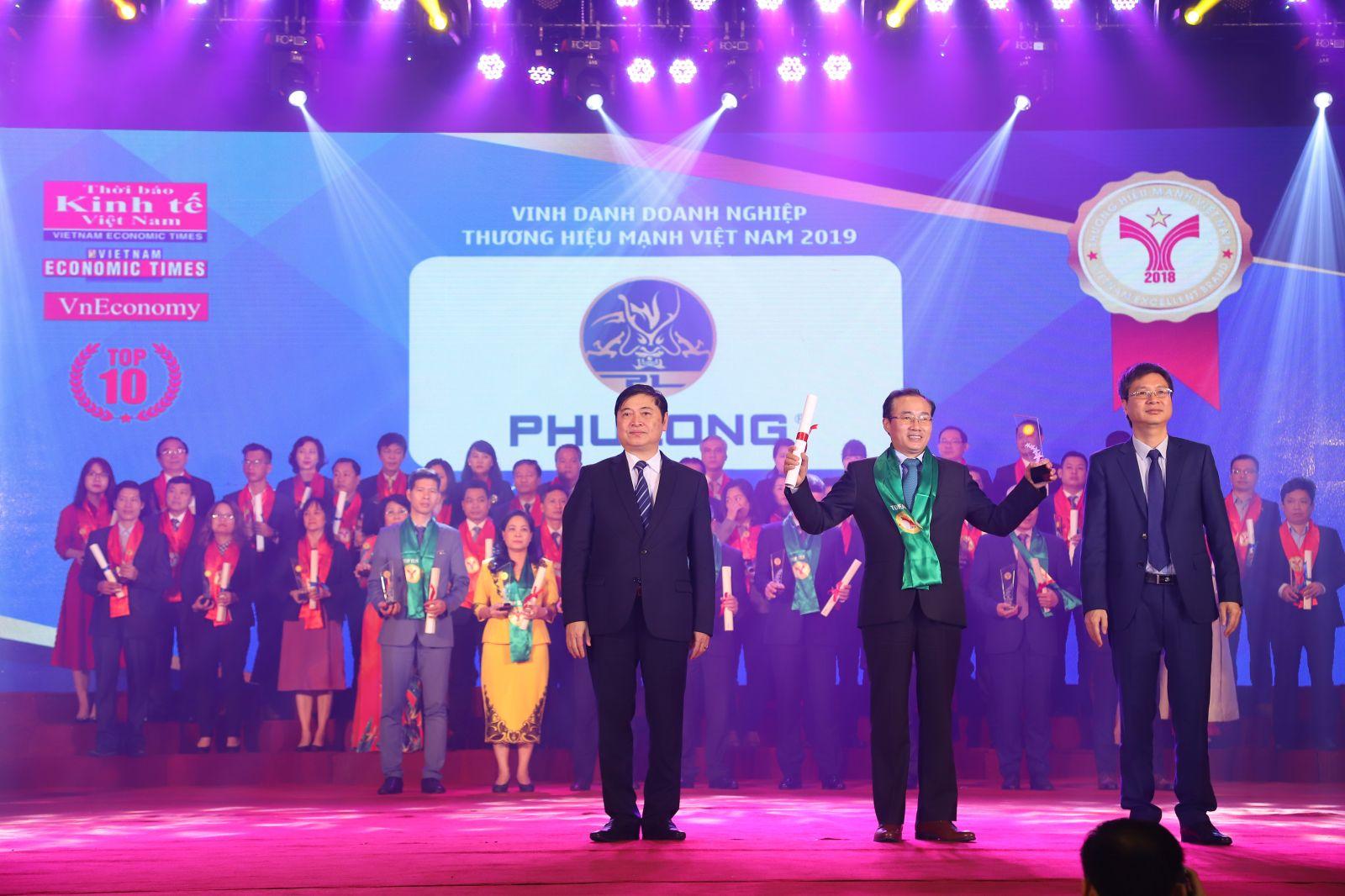 Ông Phùng Chu Cường – TGĐ Công ty Phú Long nhận giải thưởng Thương hiệu mạnh Việt Nam 2018