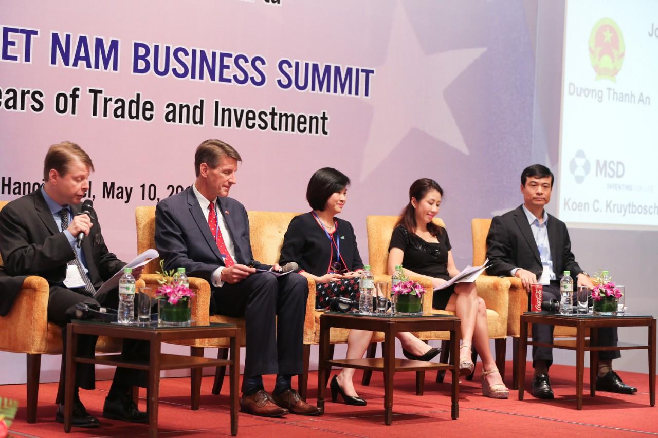 Bà Dương Thị Mai Hoa - Phó Chủ tịch kiêm Phó Tổng Giám đốc Hãng hàng không Bamboo Airways (chính giữa) trong khuôn khổ Hội nghị