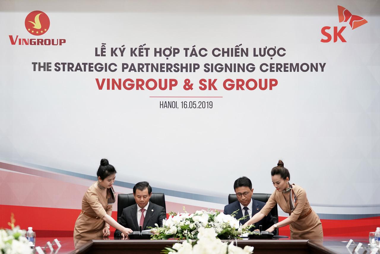Ông Nguyễn Việt Quang - Phó Chủ tịch kiêm Tổng giám đốc Vingroup (trái) và ông Woncheol Park – đại diện SK Southeast Asia Investment ký hợp đồng hợp tác đầu tư.