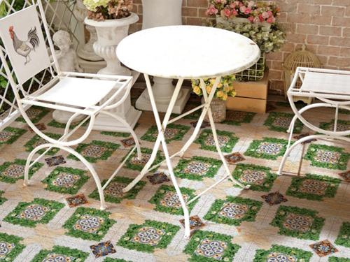 Với những sân vườn có không gian thoáng, bạn nên sử dụng những loại gạch lát có họa tiết lớn, sẽ giúp cho không gian sống hài hòa với thiên nhiên hơn.