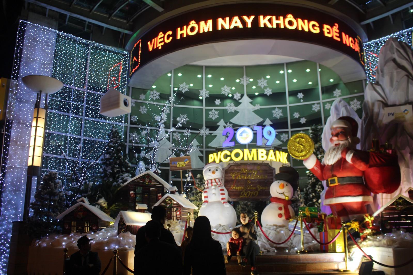 Ở một số tòa nhà của các doanh nghiệp, ngân hàng như tòa nhà PVCOMBANK (22 Ngô Quyền, Hoàn Kiếm, Hà Nội )p/đã đón giáng sinh, năm mới sớm