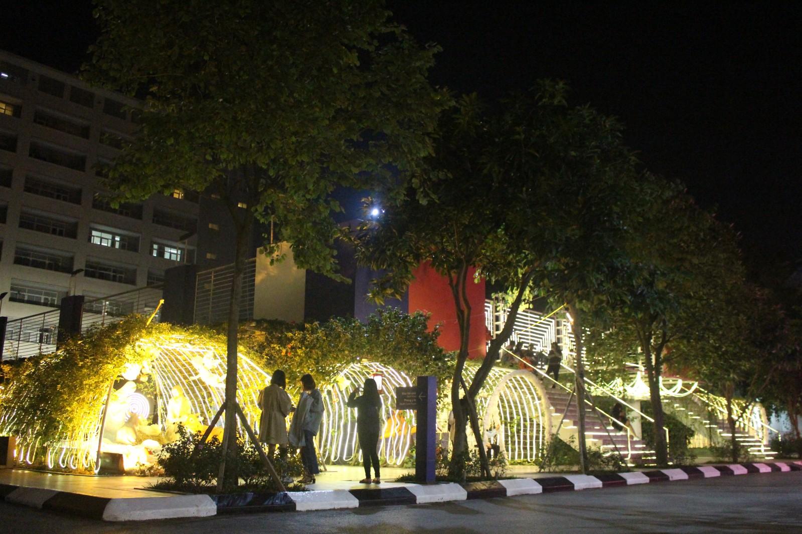 Nhiều trường Đại học trên địa bàn Hà Nội, đặc biệt là Đại học Thăng Long đã dần đón Giáng Sinh cùng sinh viên của mình với khuôn viên được trang trí có một không hai