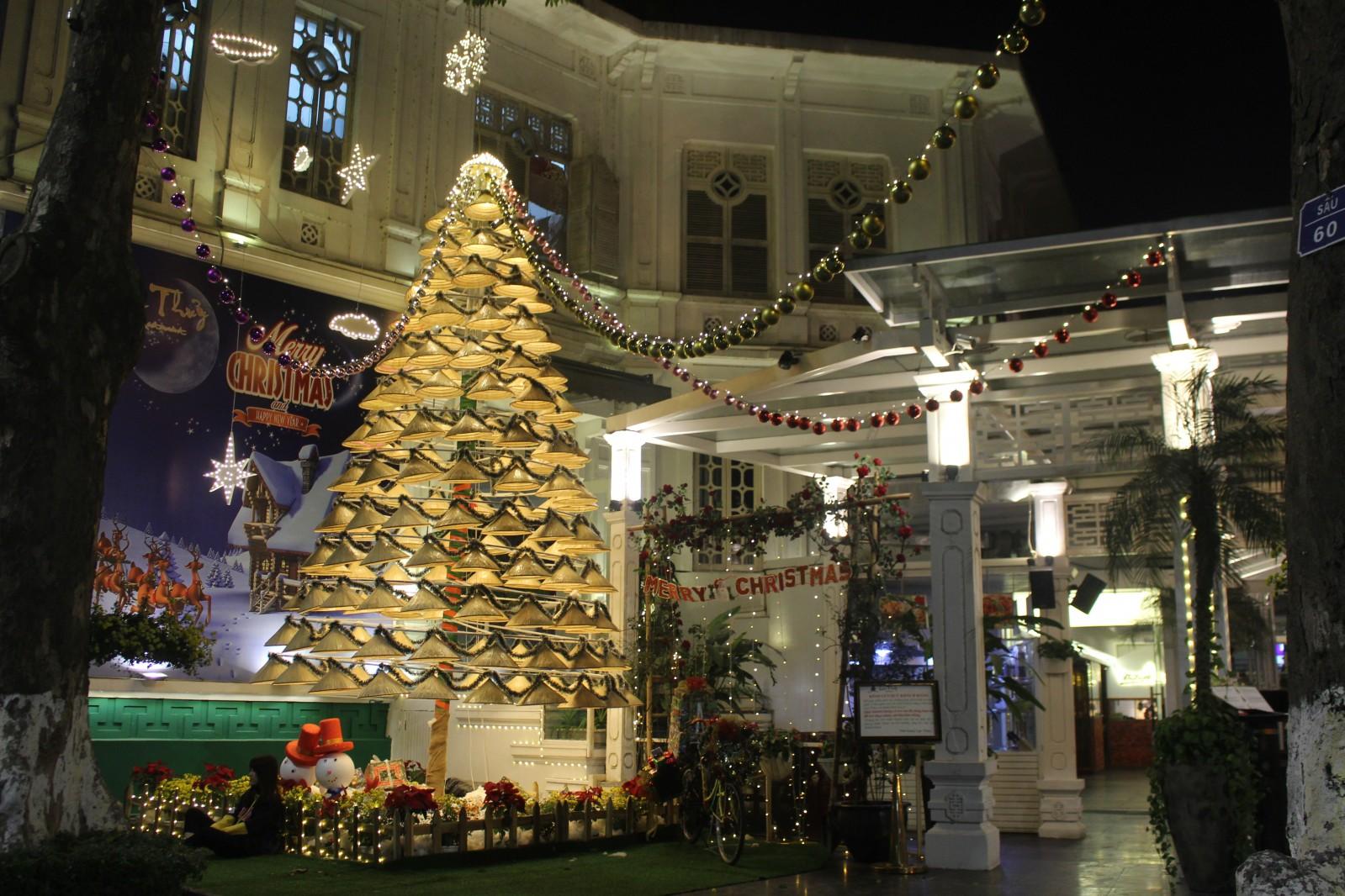 Không gian văn hóa Việt - Lục Thủy ( 16 Lê Thái Tổ, Hoàn Kiếm, Hà Nội )p/chọn cách trang trí cây thông rất Việt với tầng tầng những chiếc nón lá xếp thành cây