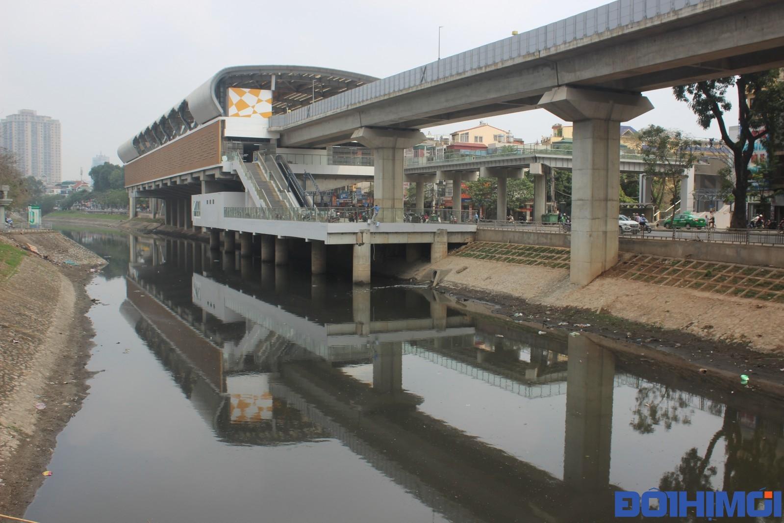 Ảnh 1.1 : Sông Tô Lịch - nơi có hệ thống thoát nước chung tiếp nhận hầu hết các nguồn nước thải chưa được xử lí