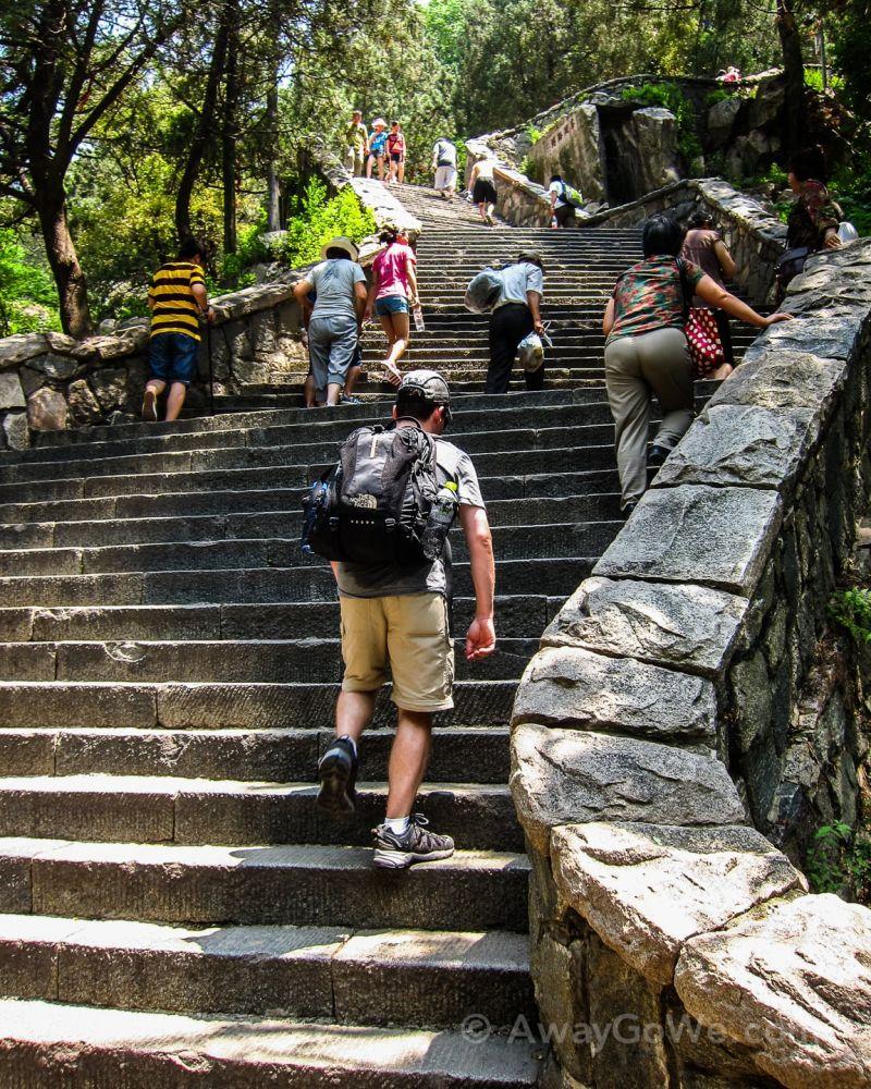 Nhiều du khách không thể vượt qua hơn 6 nghìn bậc thang để đến với đỉnh của núi Thái Sơn