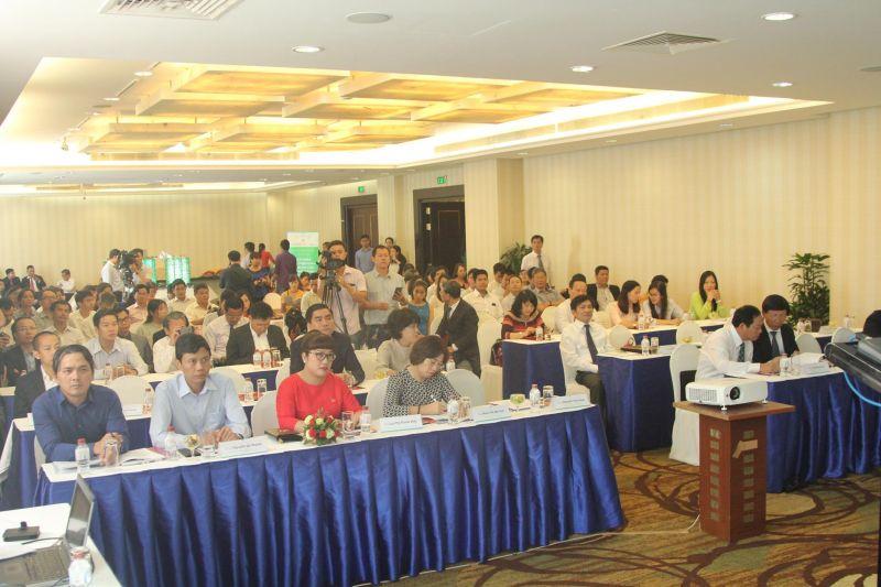 Các khách mời tới tham dự hội thảo.