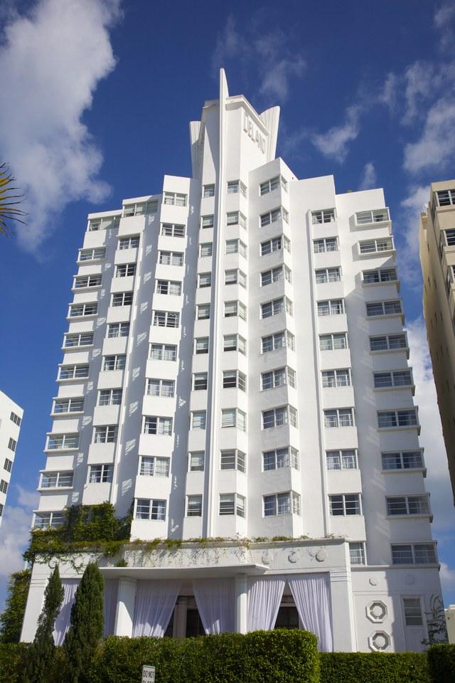 Khách sạn Delano, Miami, Mỹ: Trong số vài chục tòa nhà mang phong cách Art Deco ở thành phố Miami thì khách sạn Delano là công trình nổi bật nhất. Khách sạn được thiết kế bởi Robert Swartburg vào năm 1947, và đến năm 1995 thì được tu sửa dưới sự chỉ đạo của Philippe Starck.
