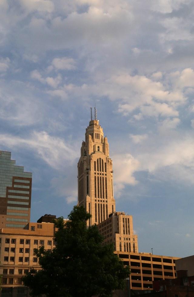 Tháp Leveque, Columbus, Ohio, Mỹ: Tháp LeVeque được thiết kế bởi kiến trúc sư C. Howard Crane và hoàn thành vào năm 1927. Nằm ở trung tâm thương mại của thành phố, bề mặt của tòa tháp được lát toàn bộ bằng gạch nung. Phần mái của tòa nhà rộng đến mức đã từng có một thời gian nó được tận dụng để làm nơi đặt cho một chiếc đèn khổng lồ dùng để chỉ đường cho các phi công vào ban đêm.