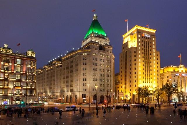 Khách sạn Fairmont Peace, Thượng Hải, Trung Quốc: Khi còn thuộc sự sở hữu cùa nhà tài phiệt Victor Sassoon, khách sạn Fairmont Peace mang tên Cathay Hotel. Đây là một trong những biểu tượng kiến trúc gây ấn tượng nhất của thành phố Thượng Hải.