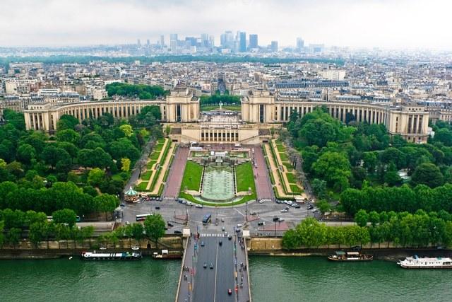 Pallais de Chailott, Paris, Pháp: Một trong những công trình kết tinh phong cách Art Deco, Palais de Chaillot được thiết kế bởi Jacques Carlu, Louis-Hippolyte Boileau, và Léon Azéma cho Triển lãm Quốc tế 1937 tại Paris. Gần như tất cả những họa sĩ, nhà điêu khắc, nghệ sĩ trang trí tiêu biểu ở Pháp lúc đó đều ghi dấu ấn của mình ở công trình này.