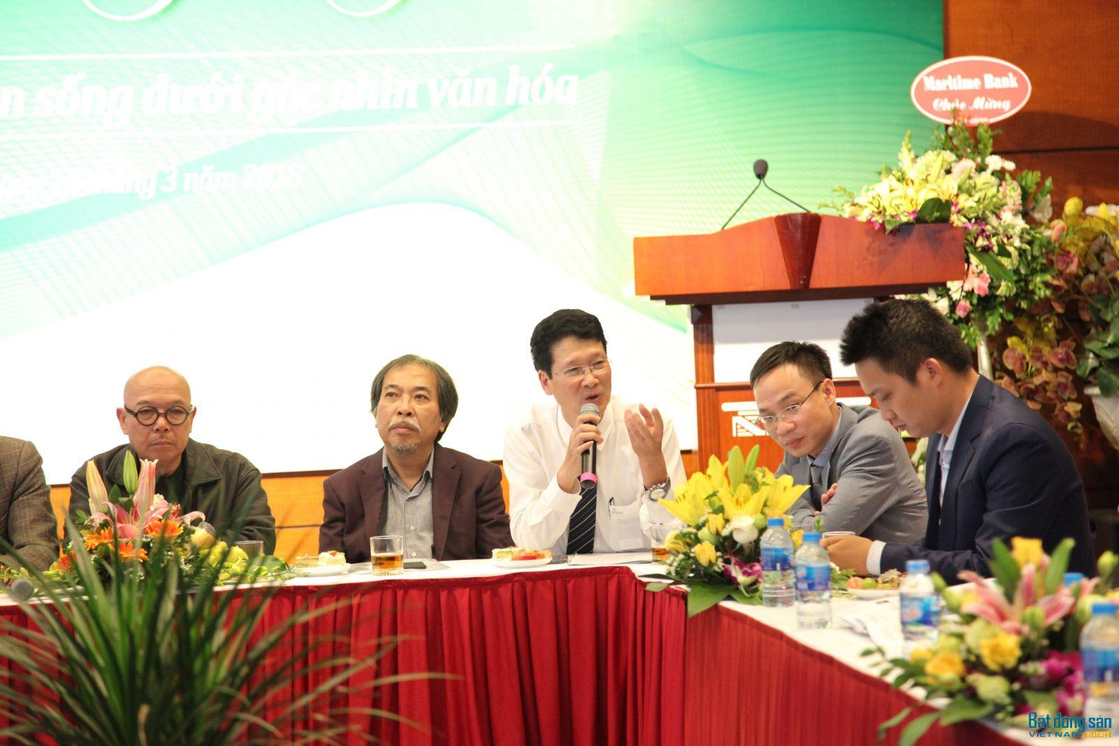 Nhà thơ Nguyễn Thành Phong (áo trắng) chủ trì cuộc Tọa đàm