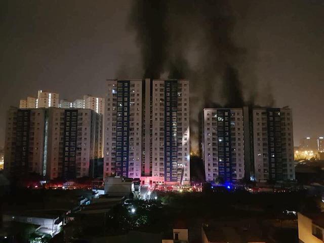 Cột khói đen kịt bốc lên từ hiện trường vụ cháy (ảnh: Dân trí)
