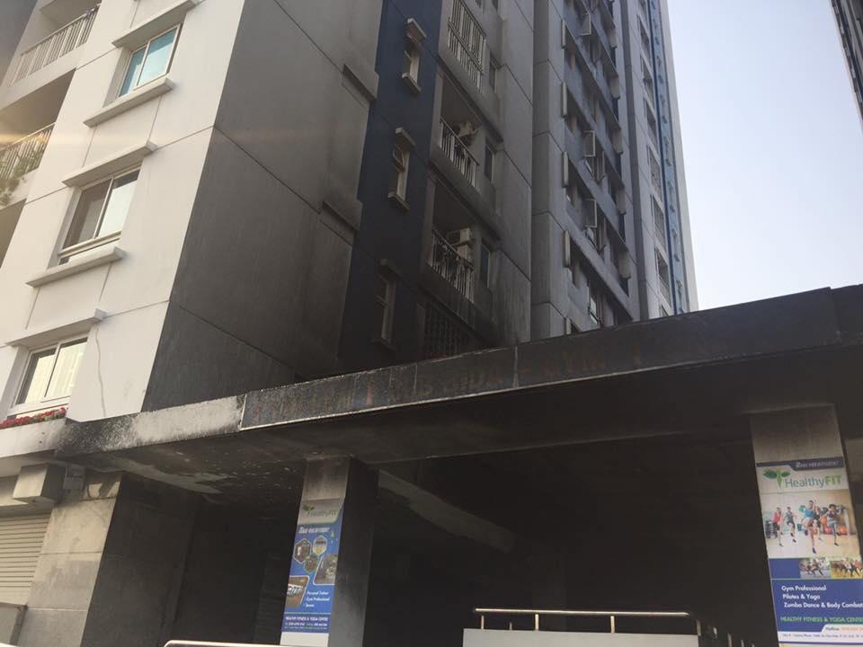 8h sáng bên ngoài tòa chung cư bị cháy