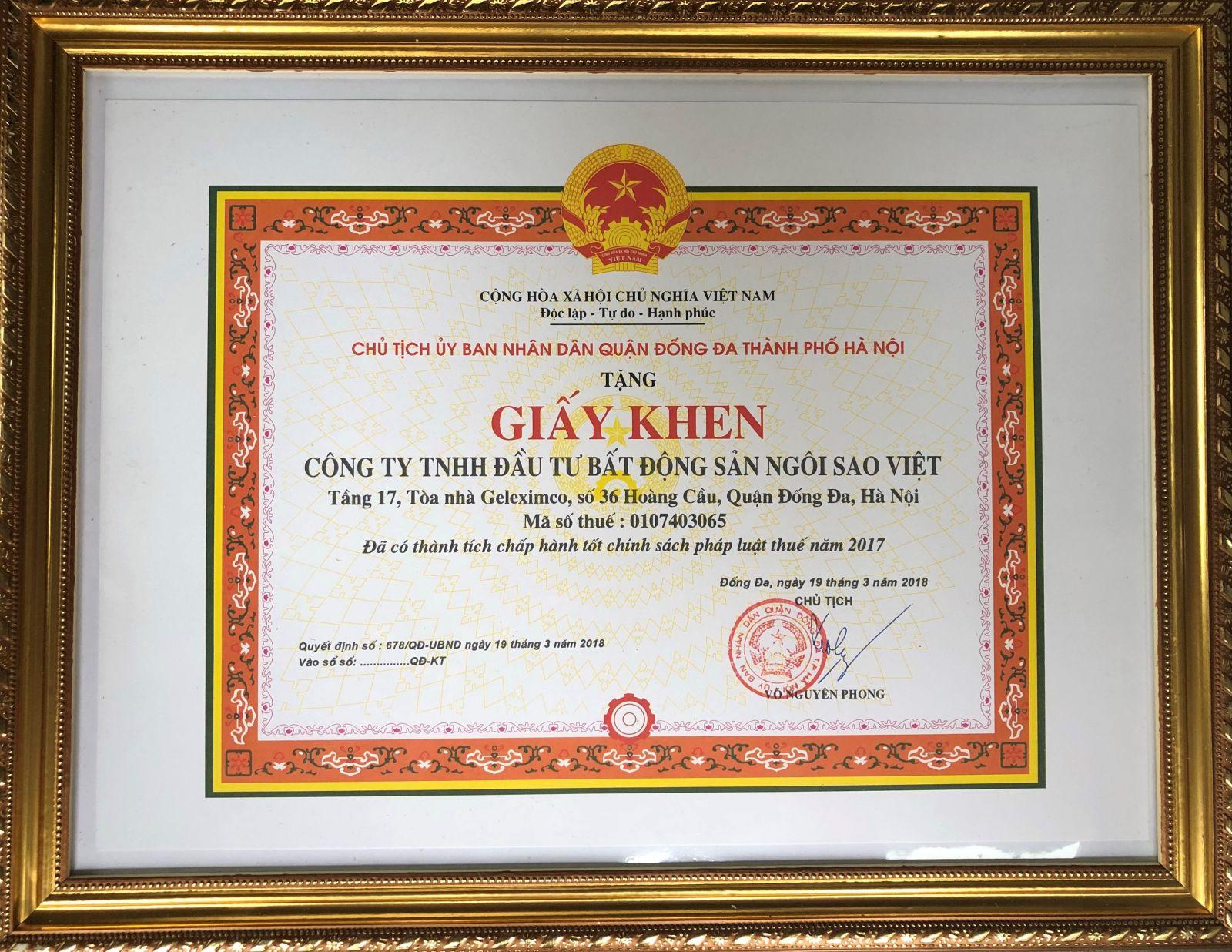Công ty TNHH Đầu tư Bất động sản Ngôi Sao Việt - Chủ đầu tư dự án D'. Capitale nhận bằng khen chấp hành tốt chính sách pháp luật thuế năm 2017 của UBND quận Đống Đa
