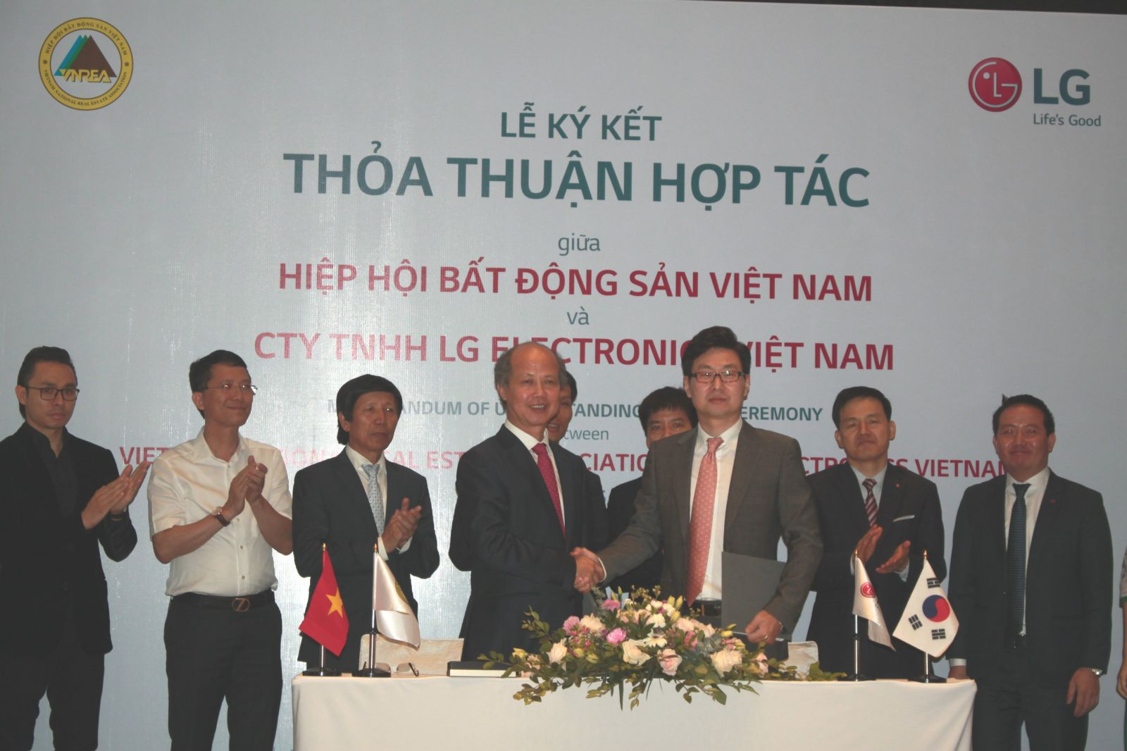Đại diện VNREA và LG Electronics Việt Nam ký kết thỏa thuận hợp tác