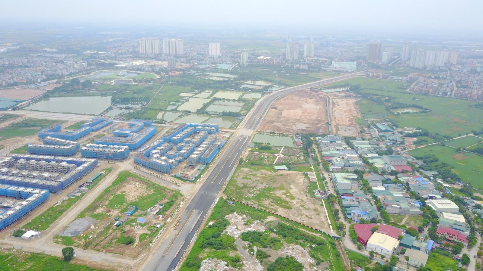 Khu đô thị The Manor và Công viên Chu Văn An nằm ở hai bên tuyến đường.p/Đường giao thông, công viên vẫn nằm trên giấy, các hạng mục nhà ở đã được xây len ồ ạt và rao bán với giá 15-17 tỉ đồng/căn. Ảnh: Báo gia đình xã hội.