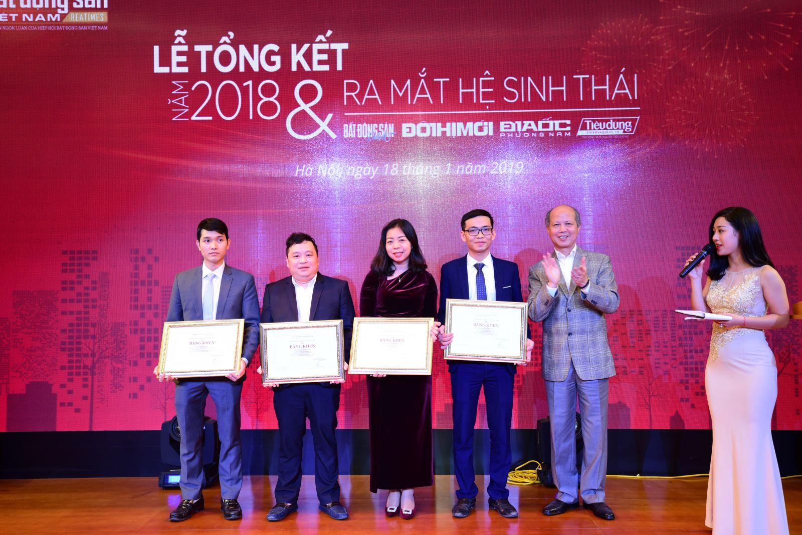 Chủ tịch Hiệp hội Bất động sản Việt Nam trao bằng khen cho các tổ chức cá nhân Tạp chí điện tử Bất động sản Việt Nam
