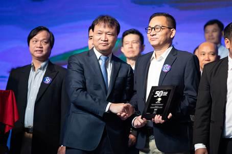 Ông Nguyễn Văn Tuấn, Giám đốc Công ty Ống thép Hòa Phát Bình Dương đại diện Tập đoàn Hòa Phát nhận biểu trưng từ Thứ trưởng Bộ Công thương Đỗ Thắng Hải