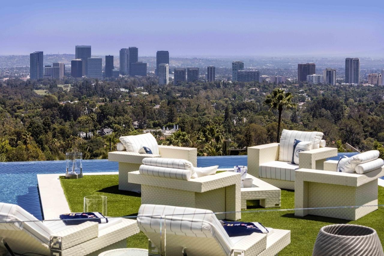 Đứng từ trên tầng cao nhất của căn nhà này có thể nhìn thấy toàn cảnh Los Angeles.