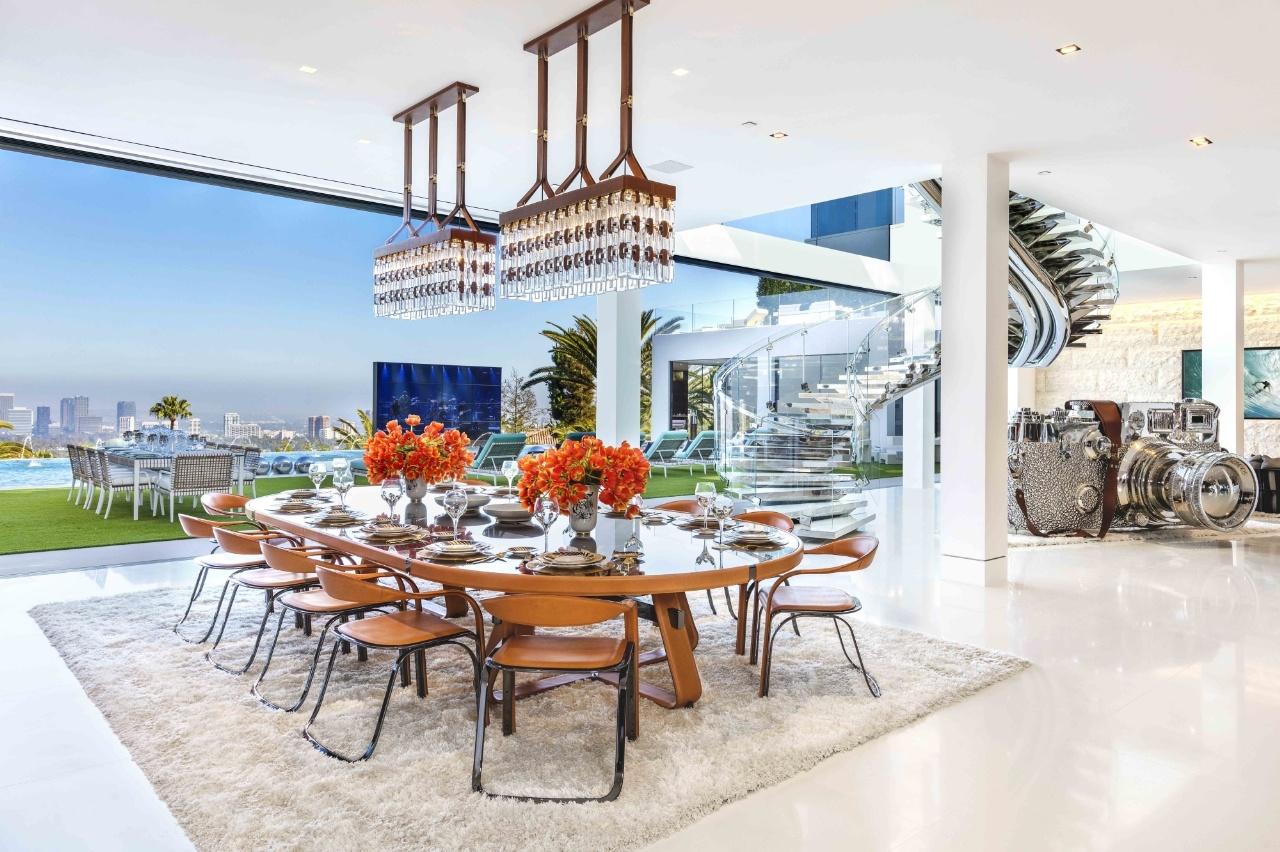 Phòng bếp trị giá 2 triệu đô-la với cầu thang làm bằng pha lê.