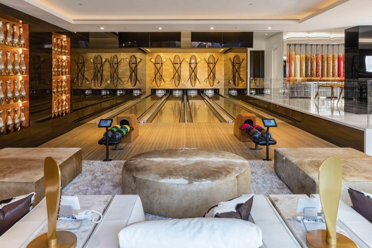 Phòng giải trí với bốn làn bowling.