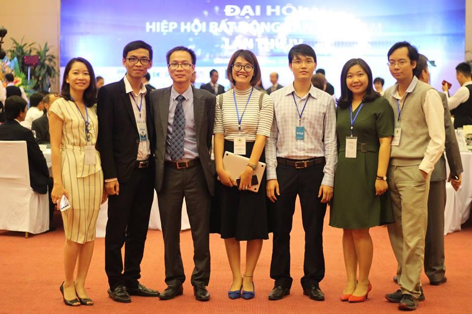 Tổng biên tập Phạm Nguyễn Toan và đội ngũ thư kí tòa soạn Reatimes.
