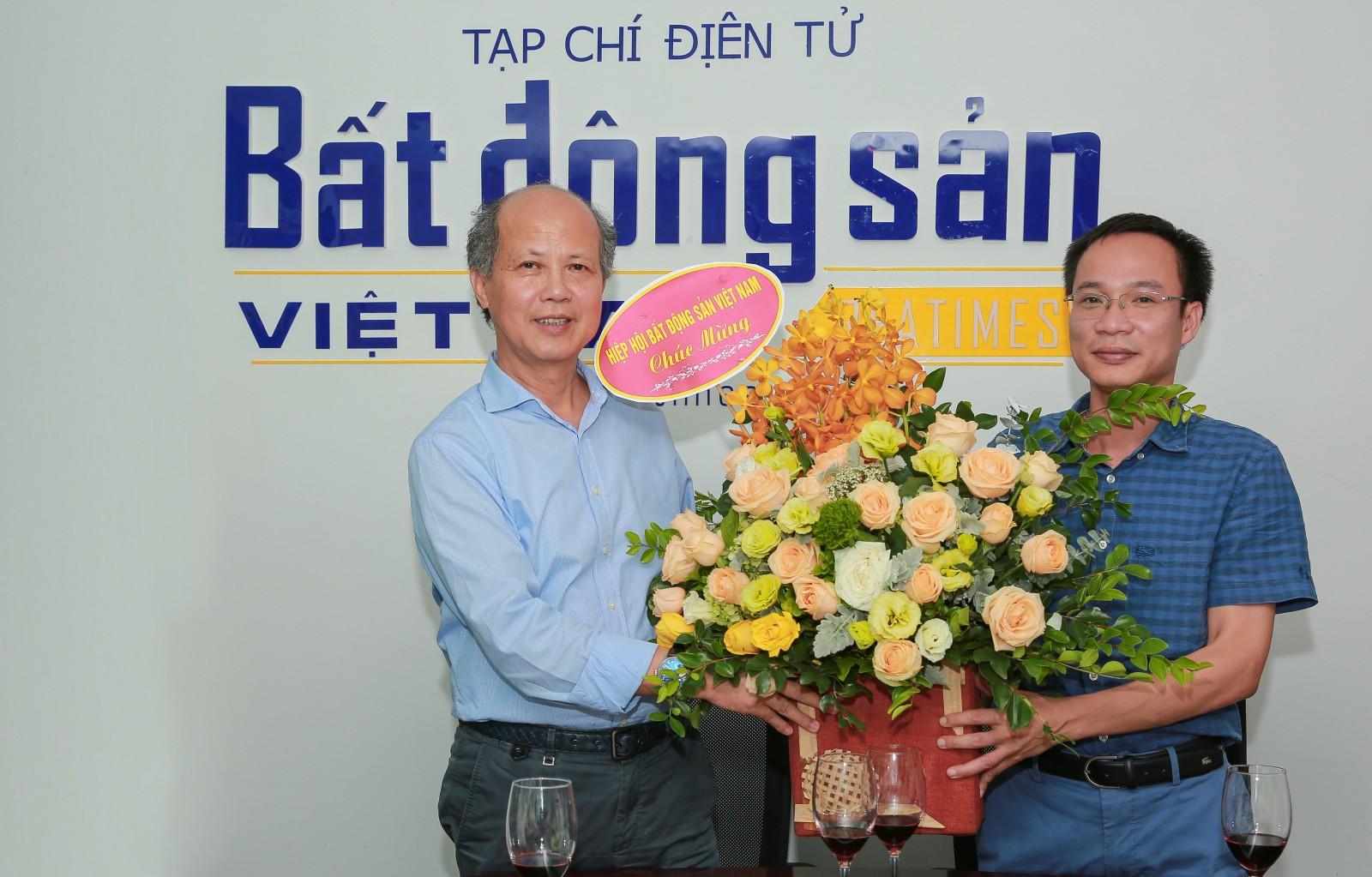 hủ tịch Hiệp hội BĐS Việt Nam chúc mừng và tặng hoa lãnh đạo Tạp chí nhân Ngày Báo chí cách mạng Việt Nam.