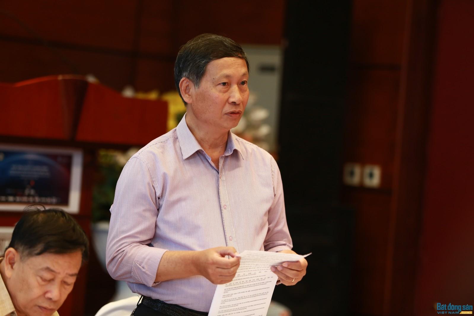 Ông Đỗ Việt Chiến báo cáo tại cuộc họp