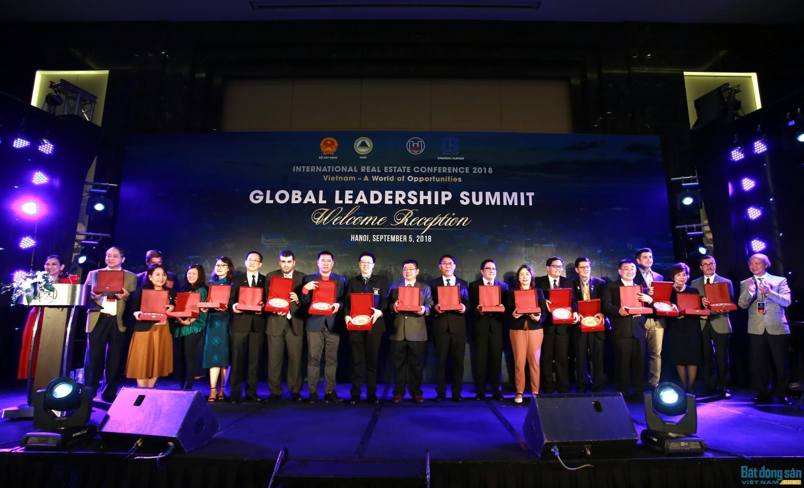 Thay mặt Hiệp hội Bất động sản Việt Nam, Chủ tịch Nguyễn Trần Nam đã tặng kỷ niệm chương cho các nhà tài trợ đồng hành cùng Hội nghị.