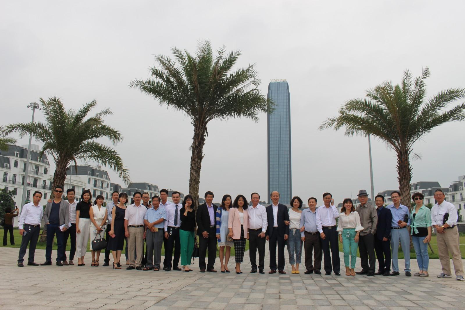 Đoàn Hiệp hội chụp ảnh lưu niệm tại dự án