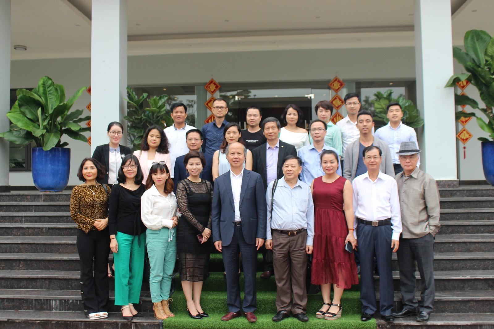 Đoàn lãnh đạo Hiệp hội chụp ảnh lưu niệm với đại diện Khu công nghiệp Đại An