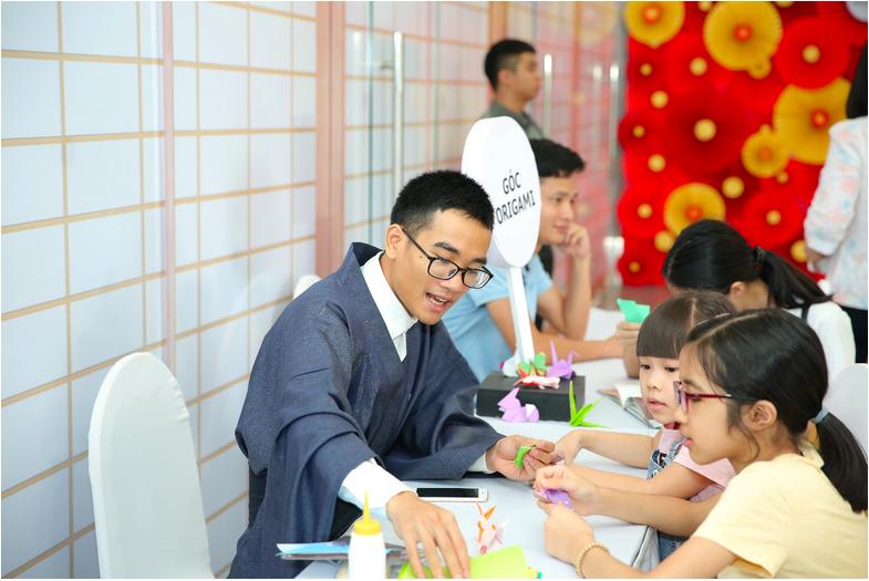 Các em nhỏ ngỡ ngàng, thích thú trước kỹ thuật gấp giấy origami điêu luyện của nghệ nhân
