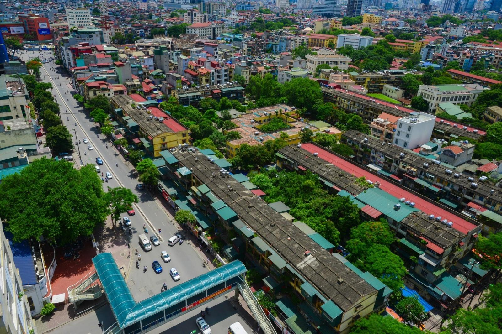 Bên cạnh những khu đô thị mới hiện đại, vẫn xuất hiện những khu dân cư, những khu làng xã.