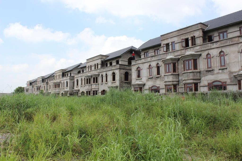 Thủ phủ của dự án biệt thử bỏ hoang nằm tại phường Thạnh Mỹ Lợi, gần UBND quận 2 với 3 dự án và hàng trăm biệt thự liền kề không người ở.