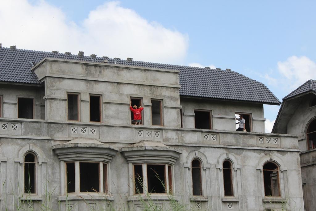 Nhiều chủ nhà đầu tư sửa chữa biệt thự để chào bán.