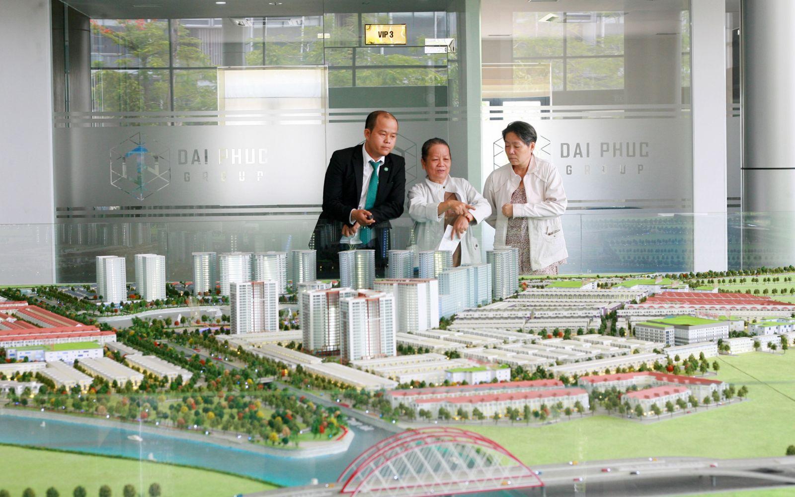 Các khách hàng lớn tuổi đến một công ty BDS uy tín tại Q.Thủ Đức để tìm cho mình một nền đất ưng ý trong năm nay.