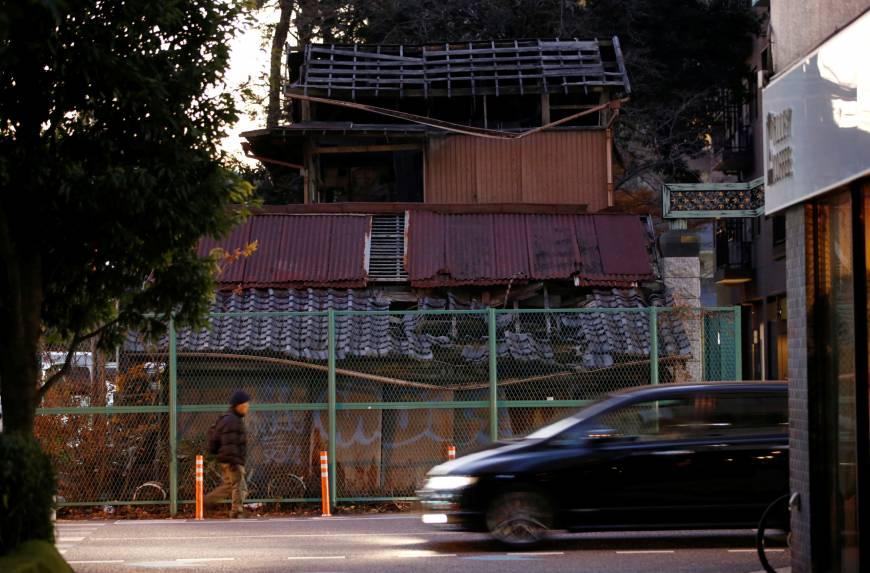 Ngôi nhà hoang ở quận Omiya, thành phố Saitama này đã ngăn cản việc mở một con đường trong vài năm nay