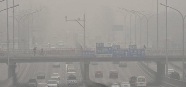 Các phương tiện đi lại trong làn không khí ô nhiễm nặng nề ở Bắc Kinh, Trung Quốc