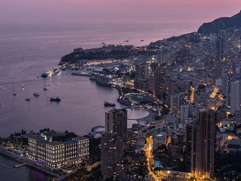 Những tòa căn hộ và khách sạn bên bờ vịnh Monte Carlo của Monaco.