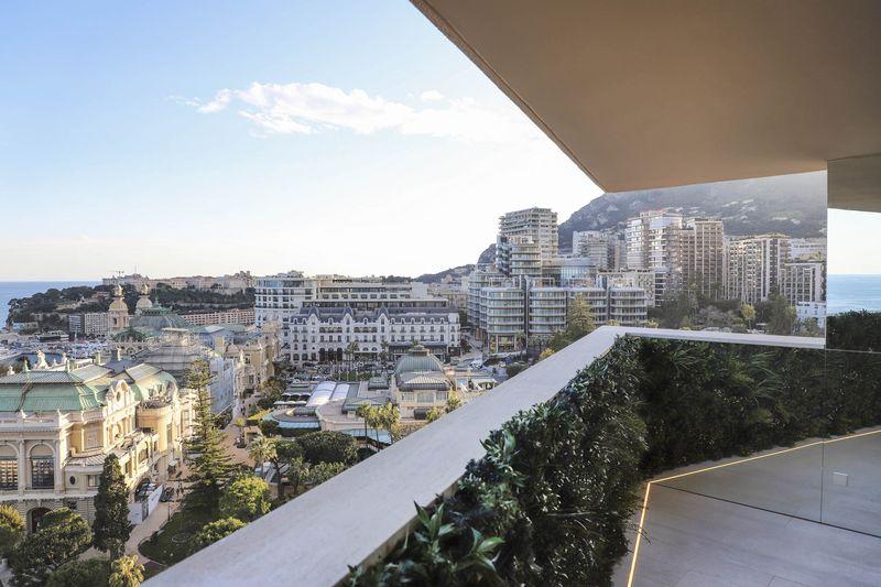 Tầm nhìn ra vịnh Monte Carlo đã bị che hết bởi các khách sạn và sòng bài.