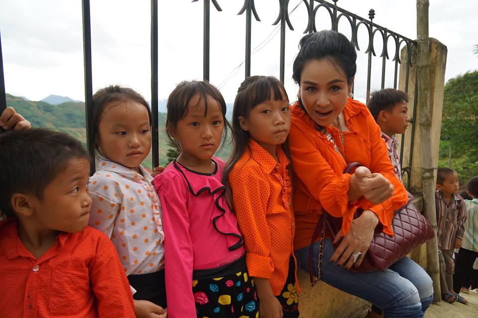 Ca sỹ Thanh Lam vaowis các bạn nhỏ vùng cao