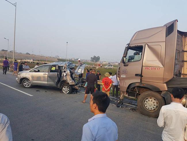 Tư duy đường làng: Lùi xe, đi ngược chiều trên cao tốc ắt gây tai nạn thảm khốc.