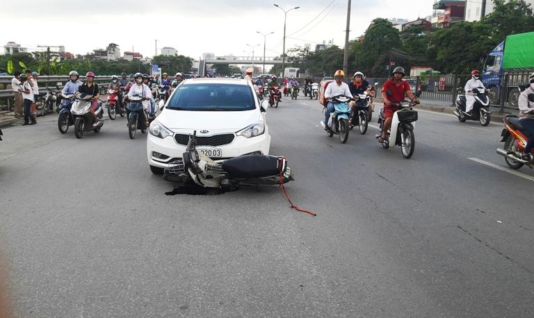 Xe máy chạy cắt mặt ô tô, và tất nhiên là... tai nạn!