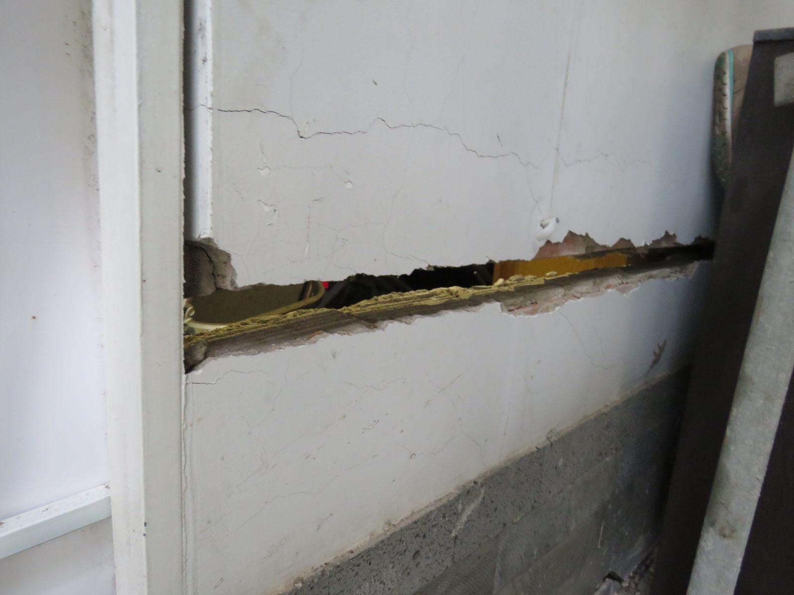 Tường nứt toác kéo dài dọc ngôi nhà.