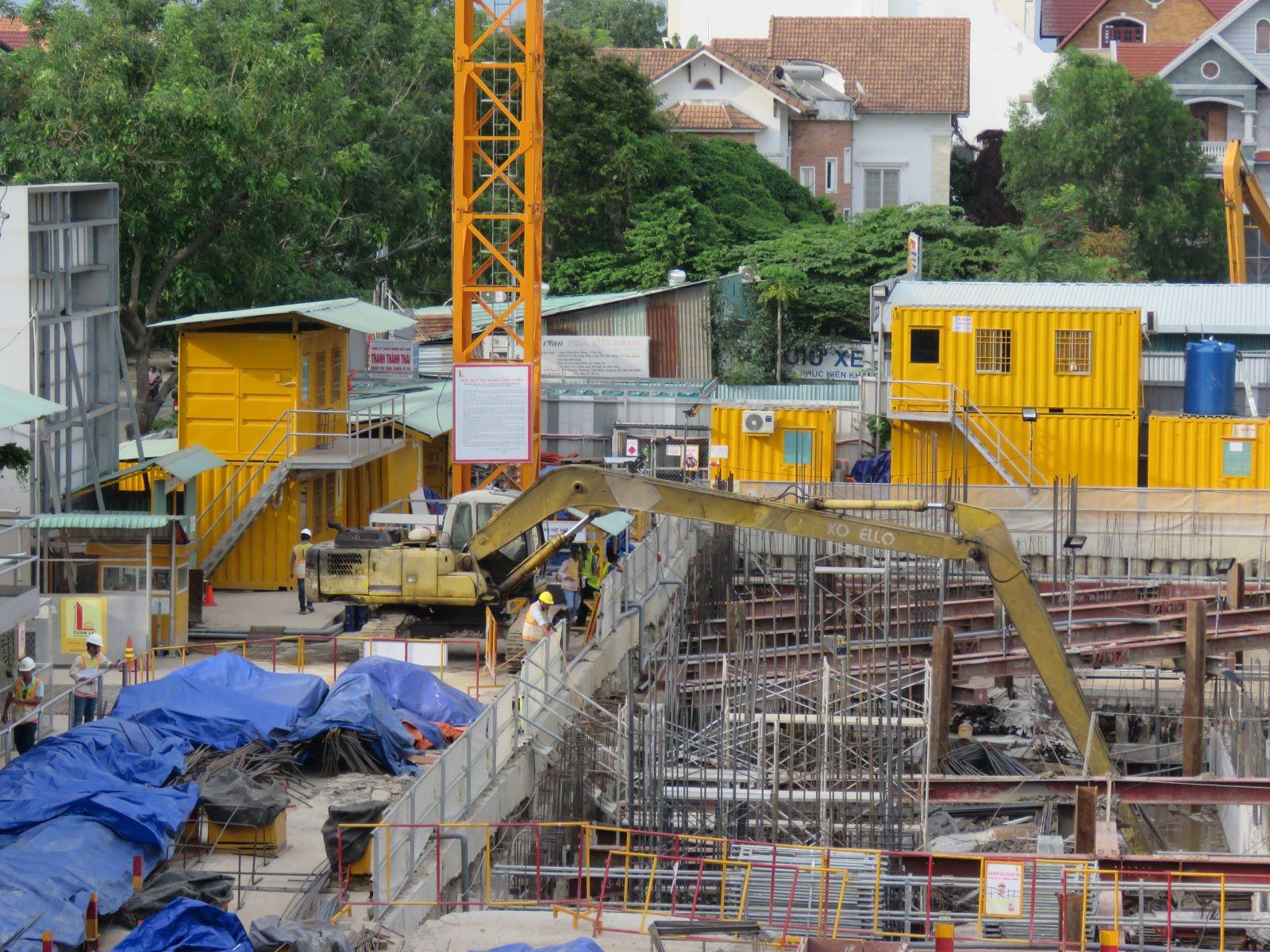 Mặc dù gây hậu quả cho các hộ dân cực kỳ nghiêm trọng nhưng công trình vẫn đang được thi công khẩn trương.