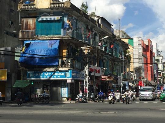 Chung cư 404 Trần Hưng Đạo (phường 11, quận 5, TP HCM) được cho là xuống cấp nghiêm trọng, có nguy cơ sập bất cứ lúc nào.