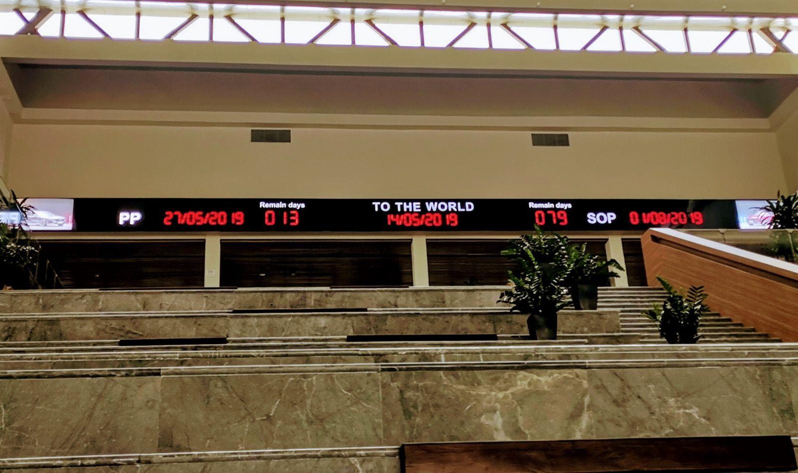 Đồng hồ đếm ngược tại sảnh chính của nhà máy VinFast