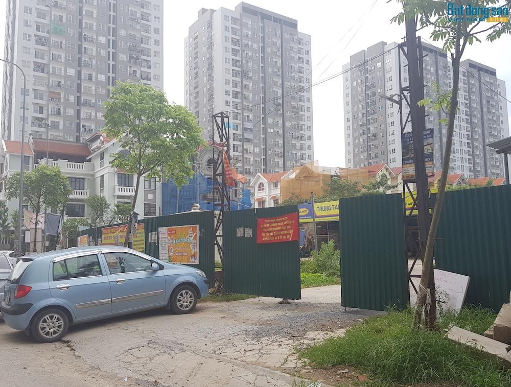 """Kể từ khi dán thông báo """"Theo chỉ thị của UBND phường Đại Kim. Yêu cầu các chủ phương tiện không gửi xe tại đây"""". Ba bãi xe gần khu đô thị đã không còn nhận trông xe, để lại những khoảng đất trống rất rộng phía trong."""